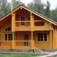 Дом из клееного бруса с террасой и балконом