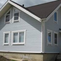 Дом из профилированного бруса двухэтажный небесно-голубого цвета